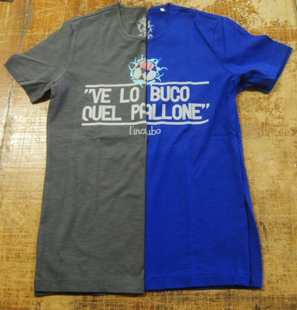 T-shirt grigio e blu ve lo buco quel pallone